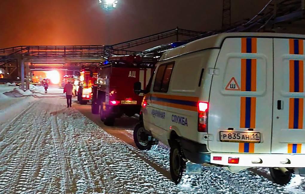 Более 500 кубов нефтепродуктов вытекло при пожаре на НПЗ в Коми