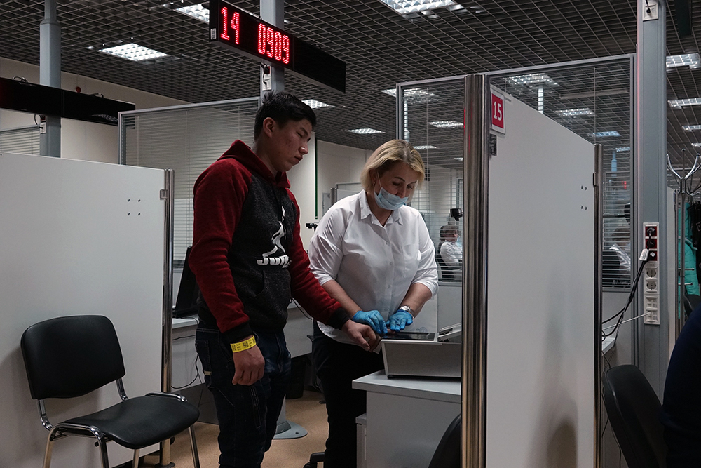 Иностранцы в России начнут сдавать биометрию