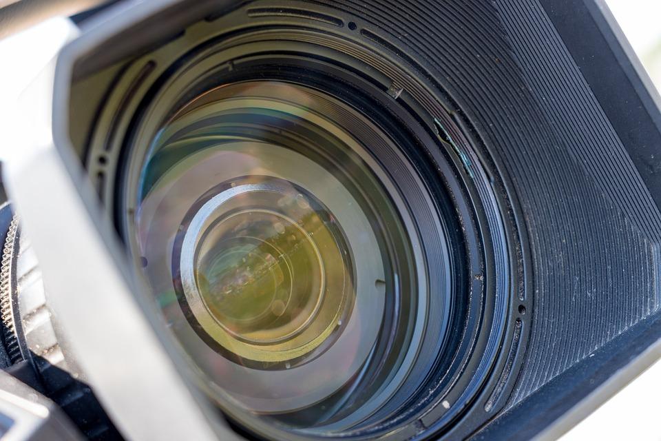 За счет чего производители могут увеличить чувствительность 4К-видеокамер?