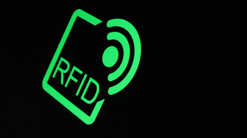 Какие методы наиболее распространены и эффективны при защите от копирования в RFID-системах при передаче данных идентификатора на считыватель?