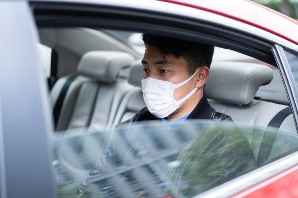 Uber будет проверять наличие масок у пассажиров по фото